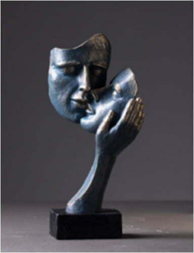 figurka rzeźba twarze zakochani kochankowie w dłoni