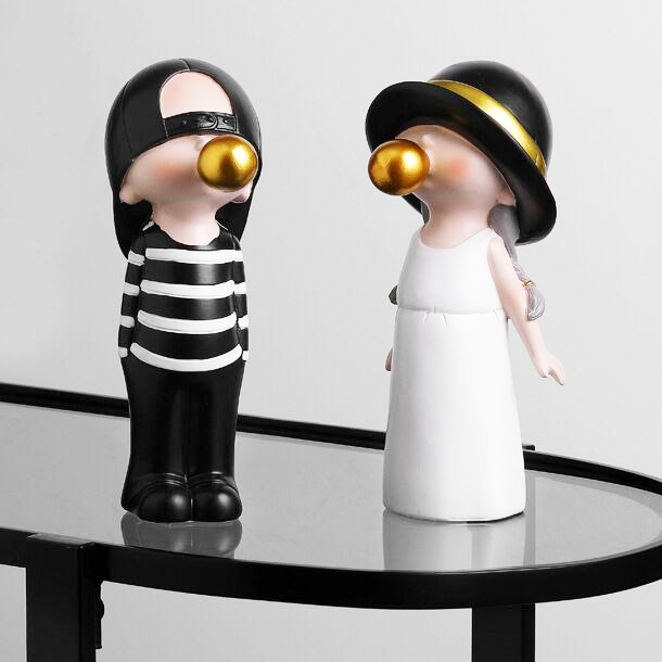 Nordyckie Figurki ozdobne ceramiczne chłopiec dziewczyna z gumą balonem