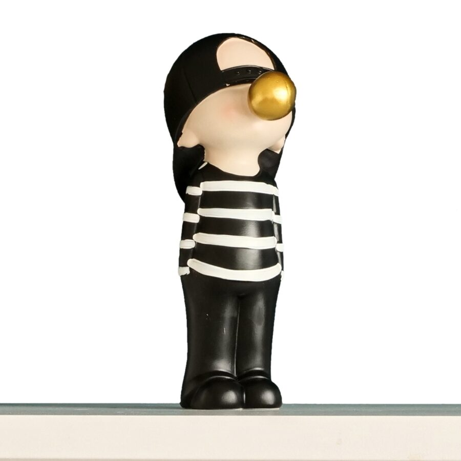 nowoczesna figurka dekoracyjna chłopiec z gumą