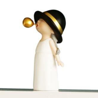 nowoczesna figurka dekoracyjna dziewczynka z gumą biała