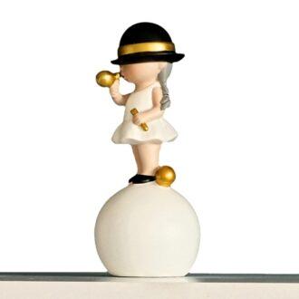 nowoczesna figurka dekoracyjna dziewczynka z gumą biało złota