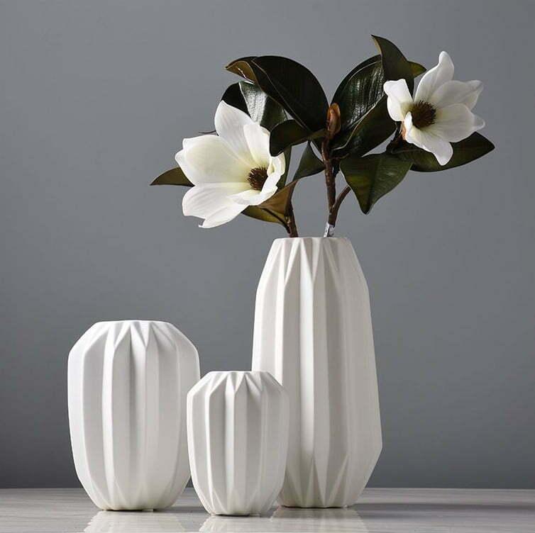 Biały Dekoracyjny Wazon Ceramiczny z Rowkami Karbowany Ozdobnyv